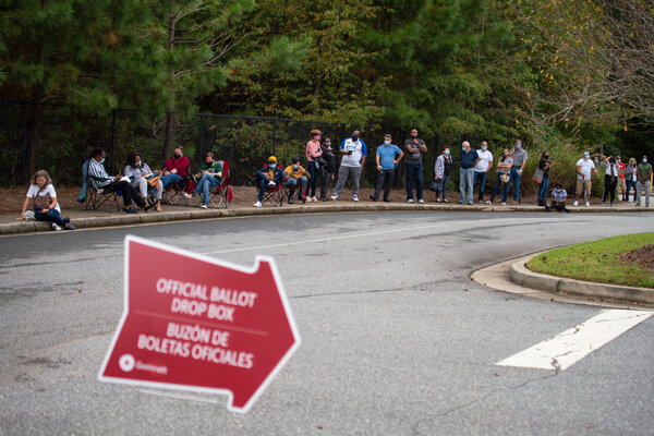 Early voters wait in long lines at the George Pierce Park Community Center in Suwanee, Ga., on Oct. 12.