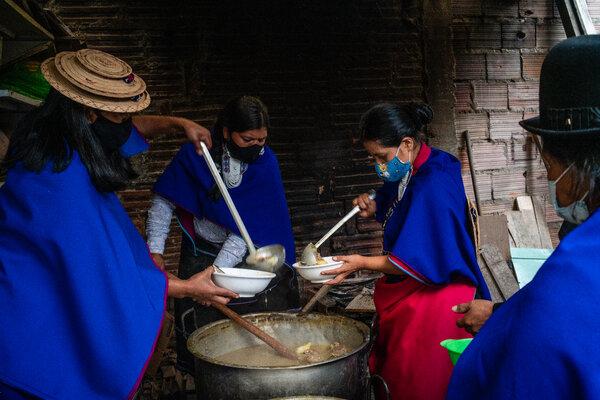 Un grupo de manifestantes repartía sopa en Bogotá.
