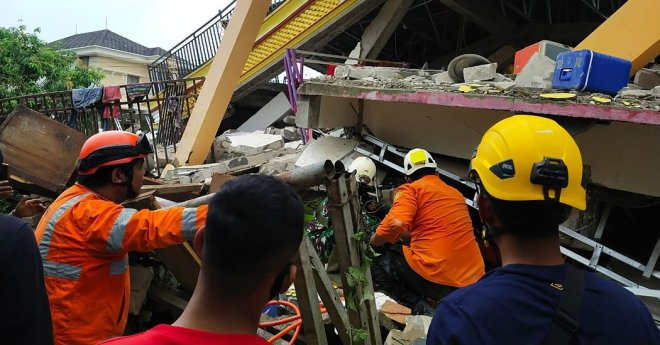 Indonesia Quake Kills Dozens and Injures Hundreds