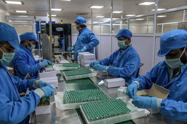 Cajas de embalaje de Covishield, la vacuna AstraZeneca-Oxford, en una línea de montaje en Pune, India.