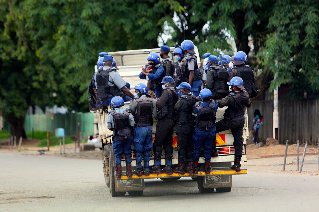 上个月,警察在津巴布韦的哈拉雷巡逻。