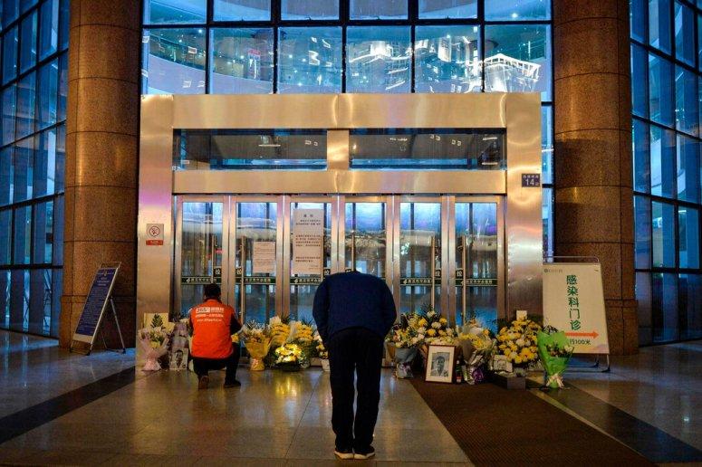 去年2月,民众在武汉某医院外悼念李文亮医生。李文亮曾试图对新冠病毒发出警告。他去世后,政府加强了对言论的镇压。