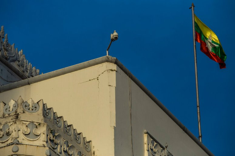 仰光一座建筑物上的闭路监控摄像头。