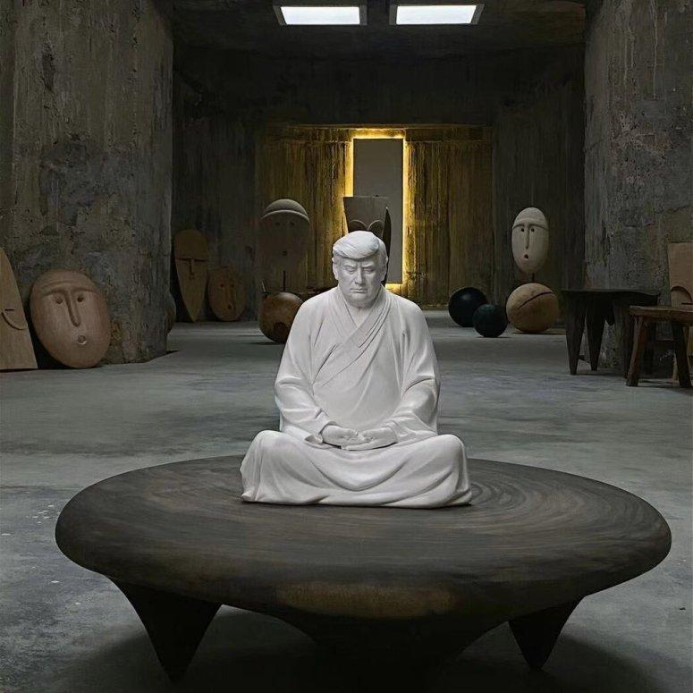 """中国雕塑者洪金世的作品""""西方懂佛特朗普""""。该作品——以及无数仿制品——可以在淘宝上买到。"""