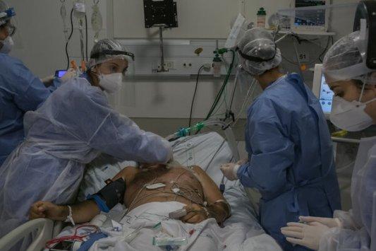 Trabajadores de la salud entuban a un paciente de la COVID-19.