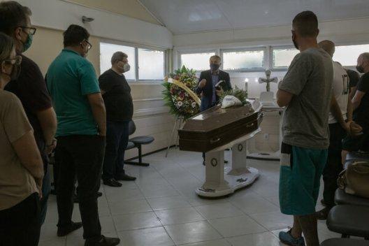 Familiares y amigos de Maria de Lourdes Korpalski, de 70 años, fallecida de la COVID-19, en su funeral en Porto Alegre.