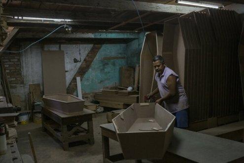 Un fabricante deataúdes en Porto Alegre