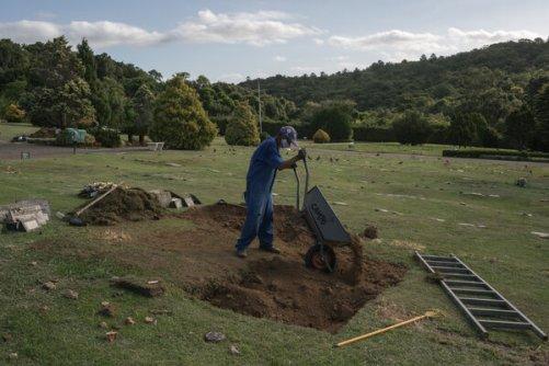 Un sepulturero trabaja en el cementerio Jardim da Paz en Porto Alegre.