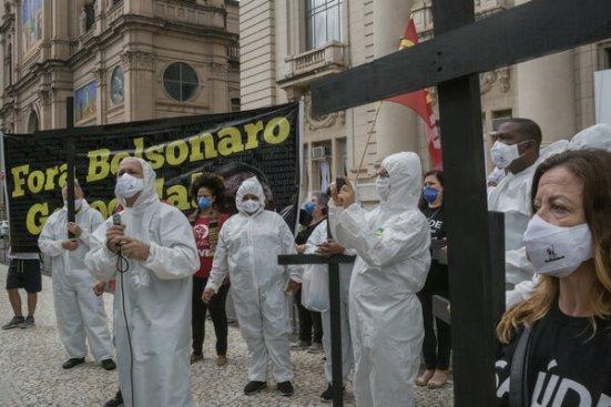 Trabajadores de la salud afuera del Palácio Piratini, en el centro de Porto Alegre, durante una manifestación organizada por sindicatos a favor de los confinamientos