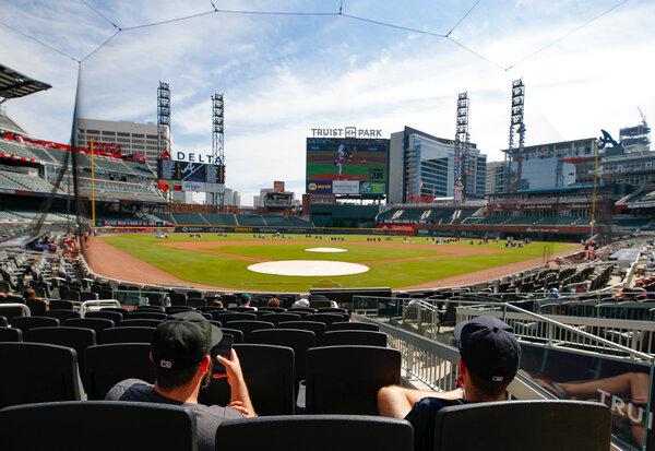 Gli Atlanta Braves hanno giocato i Miami Marlins in casa a ottobre.  La Major League Baseball sta affrontando la richiesta di spostare l'All-Star Game da Atlanta a causa della nuova legge della Georgia che limita l'accesso al voto.