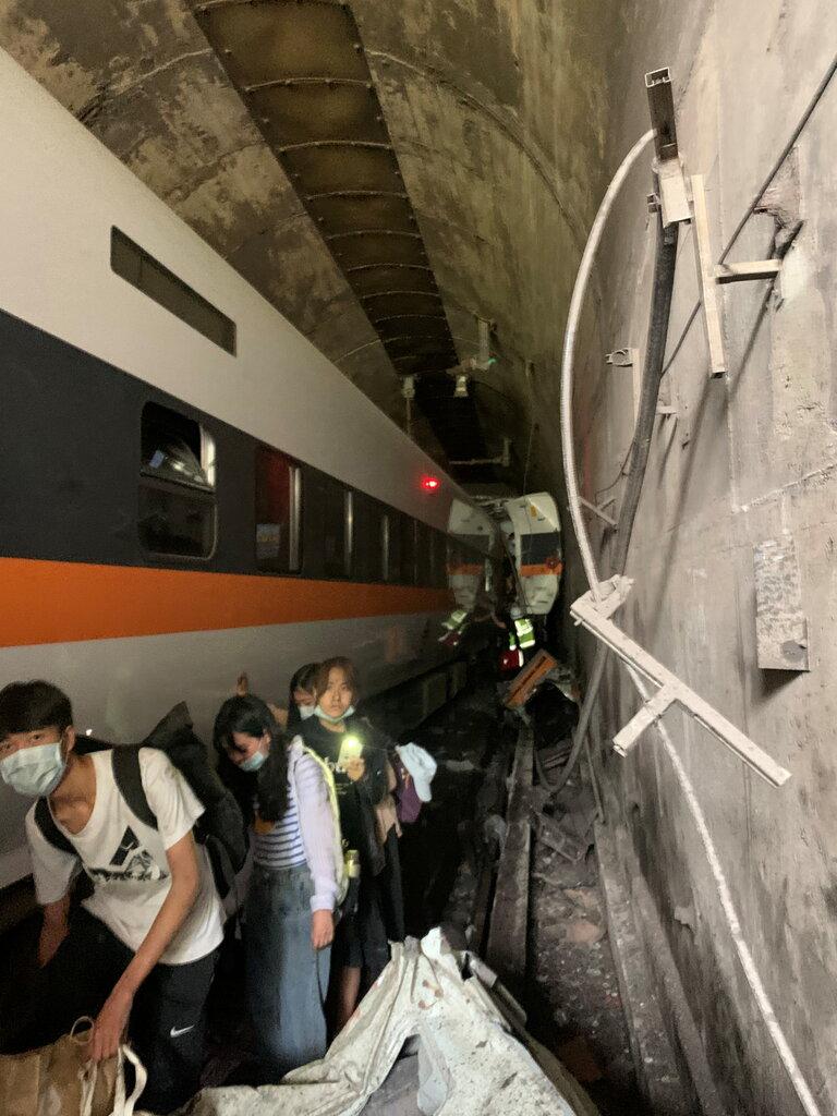 政府运营的中央社表示,该列车出事时约载有350名乘客。