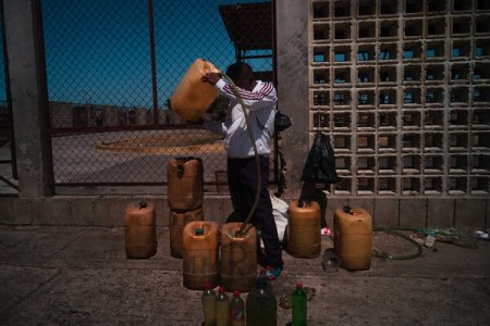 Un hombre vende gasolina en una parada de autobús en Paraguaipoa.