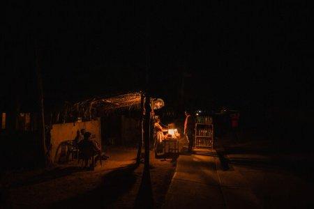 Venta de comida y gasolina durante un apagón en Paraguaipoa, Venezuela