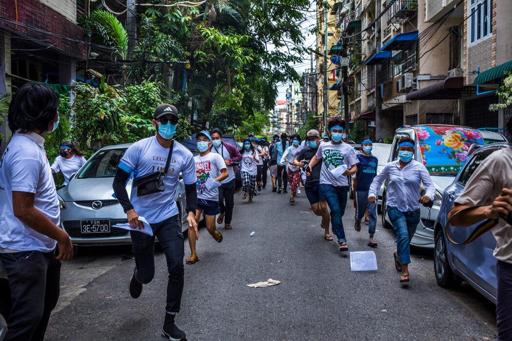 4月,在阿隆镇的一次镇压中,抗议者们在安全部队到达后跑开。