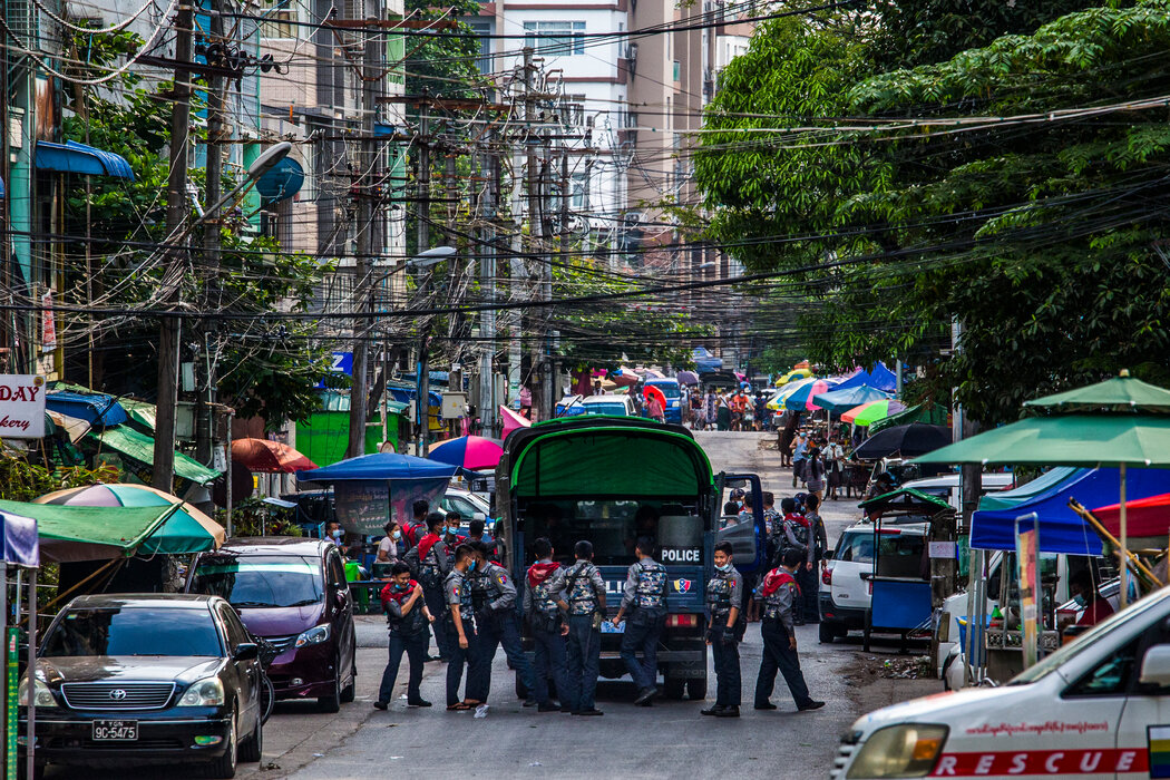 4月,安全部队在仰光镇压反军事政变的和平示威时搜寻抗议者。