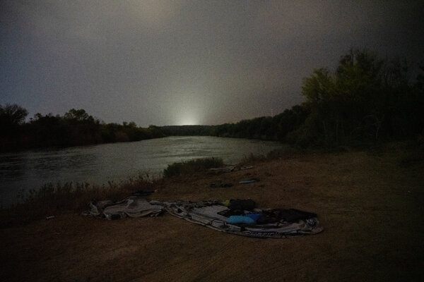 The shores of the Rio Grande in Texas. Melissa, three relatives and another eight migrants crossed the river in an inflatable raft.