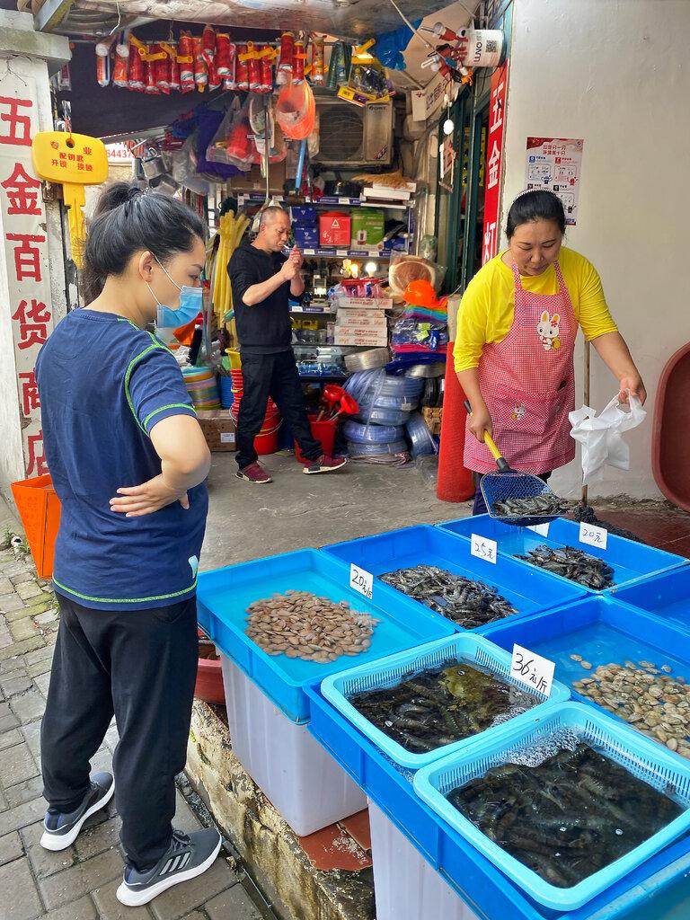 在上海销售鳝鱼和虾的高红(音)说,她担心物价上涨。
