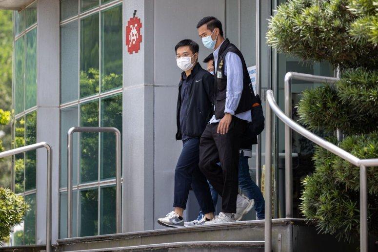 上周,罗伟光(左)被警察带离壹传媒办公楼。