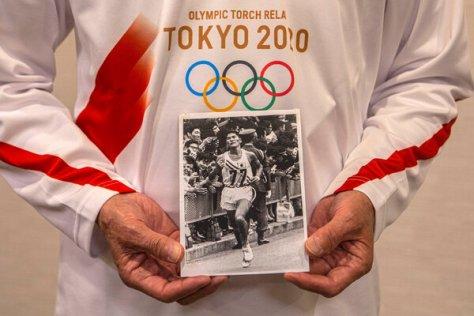 Kokichi Tsuburaya's teammate Kenji Kimihara ran in the Olympic torch relay in March 2021, then held a photo of Tsuburaya.
