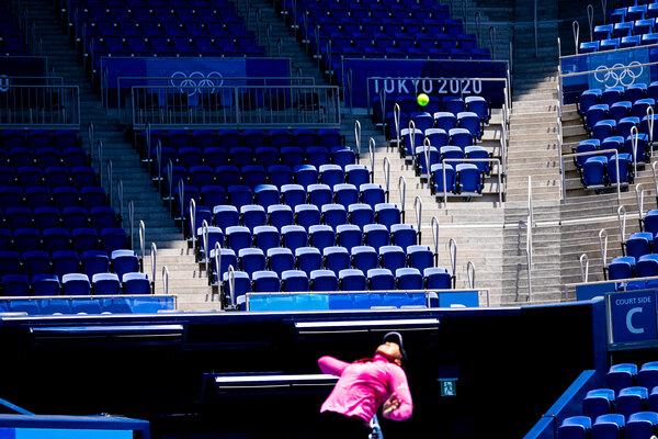 ایتھلیٹس ٹوکیو میں بڑے پیمانے پر خالی اولمپک اسٹیڈیم کے ذریعے پریڈ کریں گے ، کیونکہ بیشتر کھیلوں میں تماشائیوں کو روک دیا گیا ہے۔  اس سال کے لائن اپ پر فنکاروں کا ابھی تک اعلان نہیں کیا گیا ہے۔