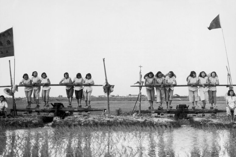 1958年,在大躍進灌溉項目上勞作的女性。到上世紀80年代,許多人撰文揭露毛時代的災禍之深重。