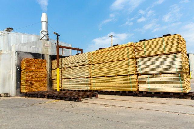建筑公司要为购买木材和五金支付更多的钱,但要等上几周甚至几个月才能拿到他们所需的东西。