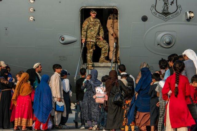 在這張由美國中央司令部發布的照片中,美國士兵在卡達的一個空軍基地準備讓疏散人員上飛機。軍方禁止在該基地進行獨立的新聞攝影。