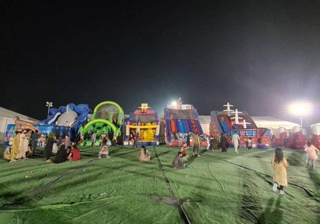 在烏代德處理中心的一個臨時遊樂區裡的孩子們,在接收從阿富汗撤離的人員的初期,這裡已經人滿為患。