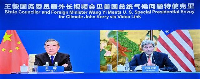 中国外交部长王毅与美国气候问题特使约翰·克里周三通过视频连线举行了会晤。
