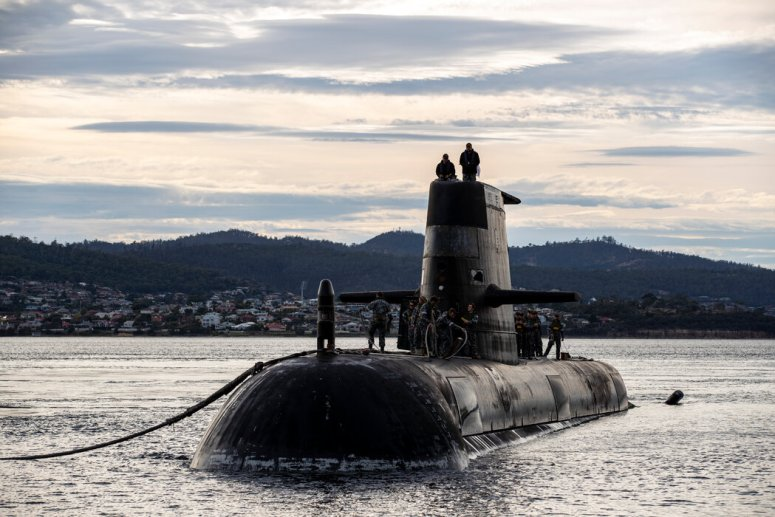 柴电混合动力潜艇HMAS Sheean号今年4月抵达澳大利亚的霍巴特。核动力潜艇将使澳大利亚海军能在更深的水里、更安静地行动。