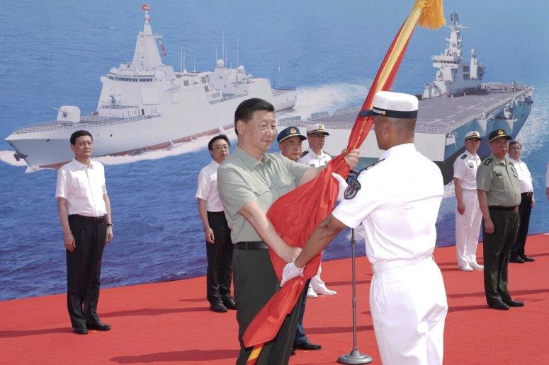今年4月,中国最高领导人习近平在海南三亚把中国人民解放军军旗授予海军艇长。