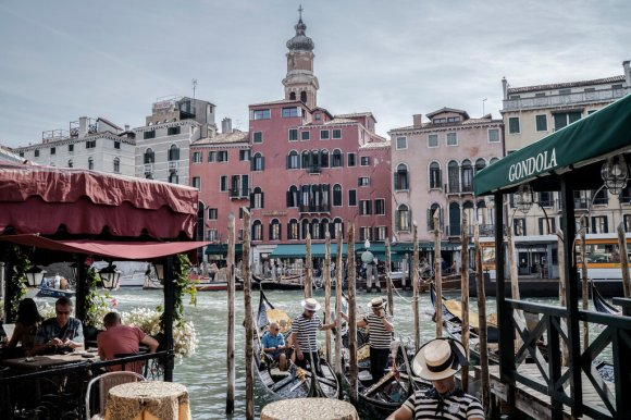 Venice, Overwhelmed by Tourists, Tries Tracking Them