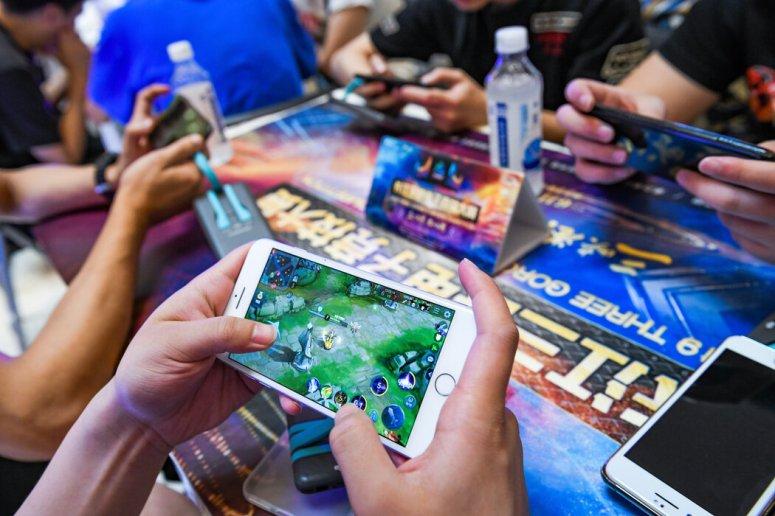 一位中国玩家在腾讯热门多人手游《王者荣耀》上打比赛。