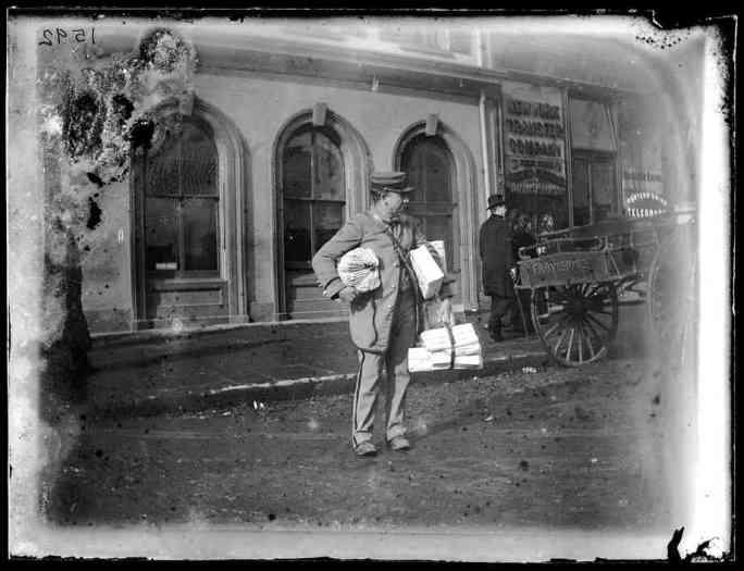 Почтальон во время курортного сезона в Бруклине, около 1872–1887 гг.