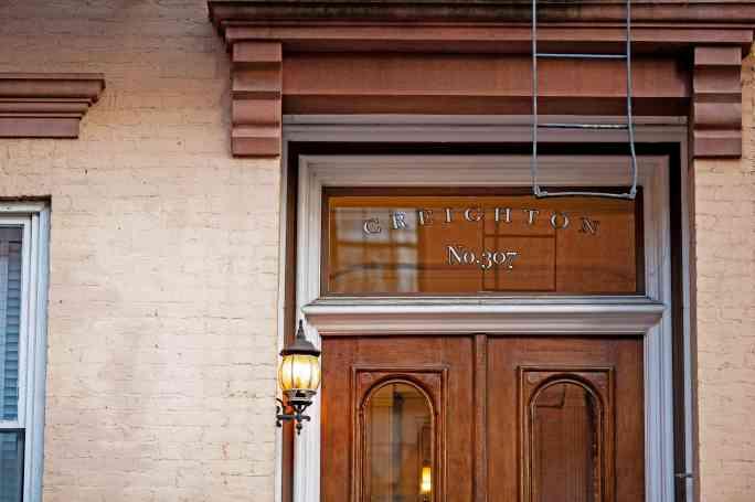 Имя «CREIGHTON» на Генри-стрит 307 в Бруклин-Хайтс. Джеймс Крейтон, звездный питчер бруклинского футбольного клуба Excelsior Base Ball Club, умер в доме на Генри-стрит с этим номером в 1862 году, но это был не тот дом.