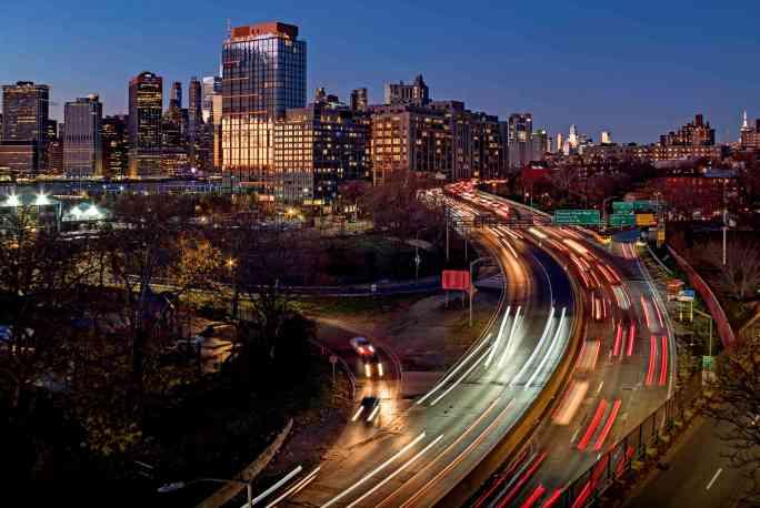 Скоростная автомагистраль Бруклин-Куинс проходит через Коббл-Хилл и район набережной Колумбия-стрит, где раньше была улица Эмметт-стрит длиной в два квартала.