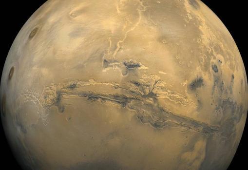 El perfil de Valles Marineris, un cañón de 4.000 kilómetros de largo. Su origen es desconocido, aunque se sospecha que es una fractura originada hace miles de millones de años, cuando el planeta se enfrió