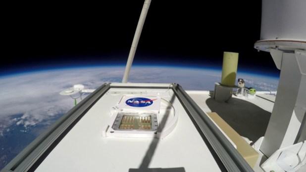 El experimento MARSBOx, en la estratosfera terrestre, con su obturador abierto para exponer las muestras a la radiación ultravioleta