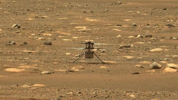 El helicóptero Ingenuity sobre Marte desde la perspectiva del rover Perseverance