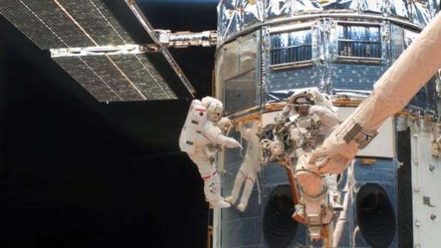 En la imagen, dos astronautas reparan el Hubble durante la última misión de mantenimiento programado del telescopio espacial en 2009