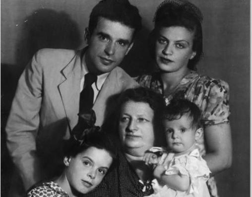 Julián junto a su segunda esposa y sus hijas, Dina y Anuchka