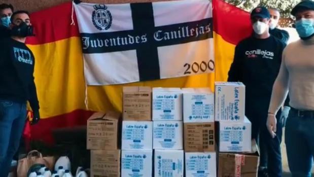 Miembros de Juventudes Canillejas entregan productos sanitarios