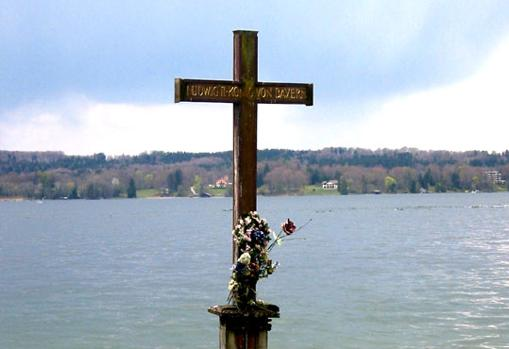 Memorial en el lago donde murió el Rey