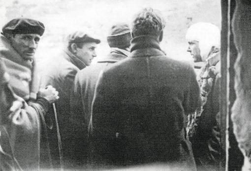Kim Philby, a la derecha con un vendaje, tras ser herido por un obús soviético que cayó a un metro del vehículo en el que se había refugiado del frío junto a otros tres periodistas
