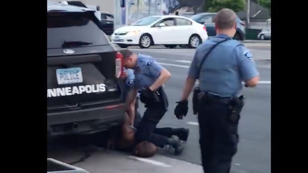 Agravan los cargos contra el policía por la muerte de George Floyd y acusan a los otros tres agentes