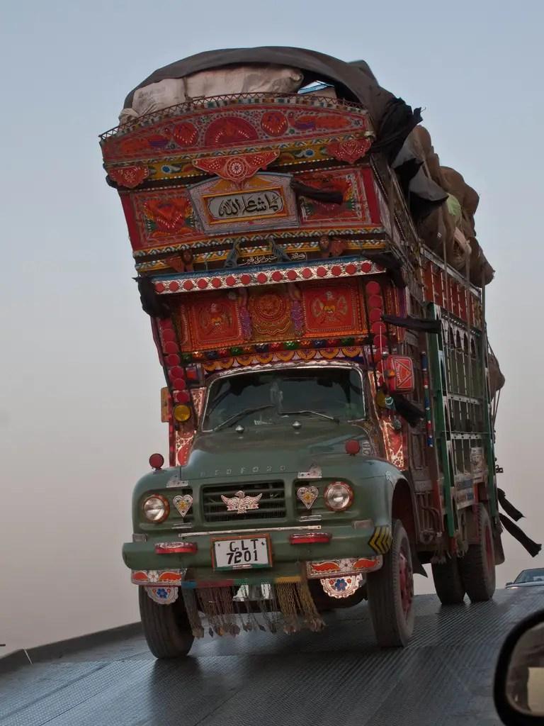 """Adornado """"Camiones jingle"""" de Pakistán se encuentran entre los vehículos más comunes en el camino"""