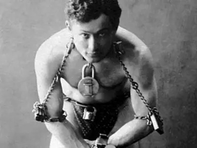 Before becoming the greatest magician, Harry Houdini ran away from home at the age of 12 and begged on the streets for coins.