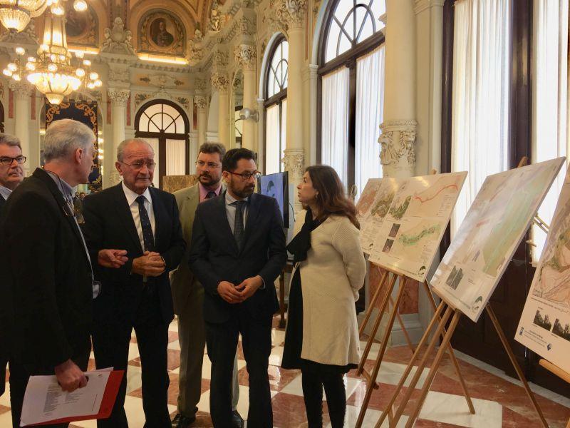 Marín Malavé le explica el proyecto a De la Torre en presencia de Cardador, Pomares y Del Corral.