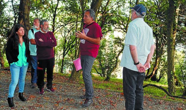 Arkamurka Natura Elkartea. Jon Zulaika da las explicaciones oportunas sobre los trabajos que se van a llevar a cabo en el parque.
