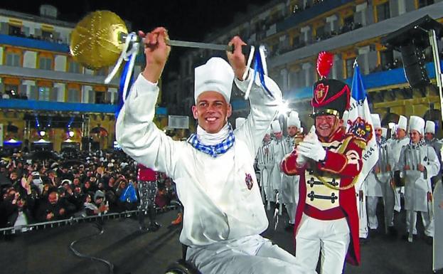 Richard Oribe, dirigiendo a los tamborreros de Gaztelubide durante la Izada el Día de San Sebastián./DV